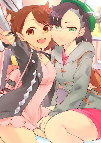Tags: Anime, Pixiv Id 2982949, Pokémon Sword & Shield, Pokémon, Marie (Pokémon), Female Protagonist (Pokémon Sword & Shield), Selfie Stick